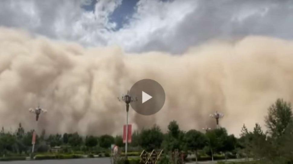 China में रेतीले तूफान ने ढाया जमकर कहर, बन गई रेत की 300 फीट ऊंची दीवार