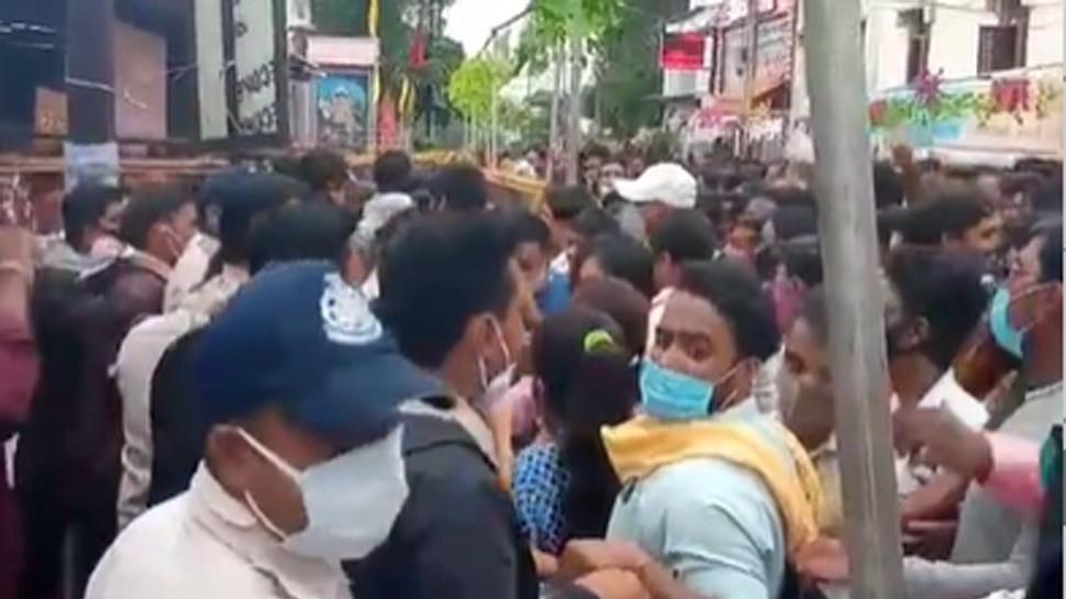 महाकाल मंदिर में बिगड़ी व्यवस्था, सुरक्षा गार्ड श्रद्धालुओं को मारते नजर आए