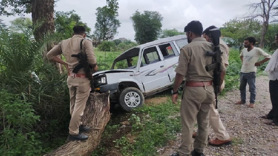 महोबा: DM के स्कॉर्ट की गाड़ी पेड़ से टकराई, हादसे में डीएम अर्दली समेत 5 लोग घायल