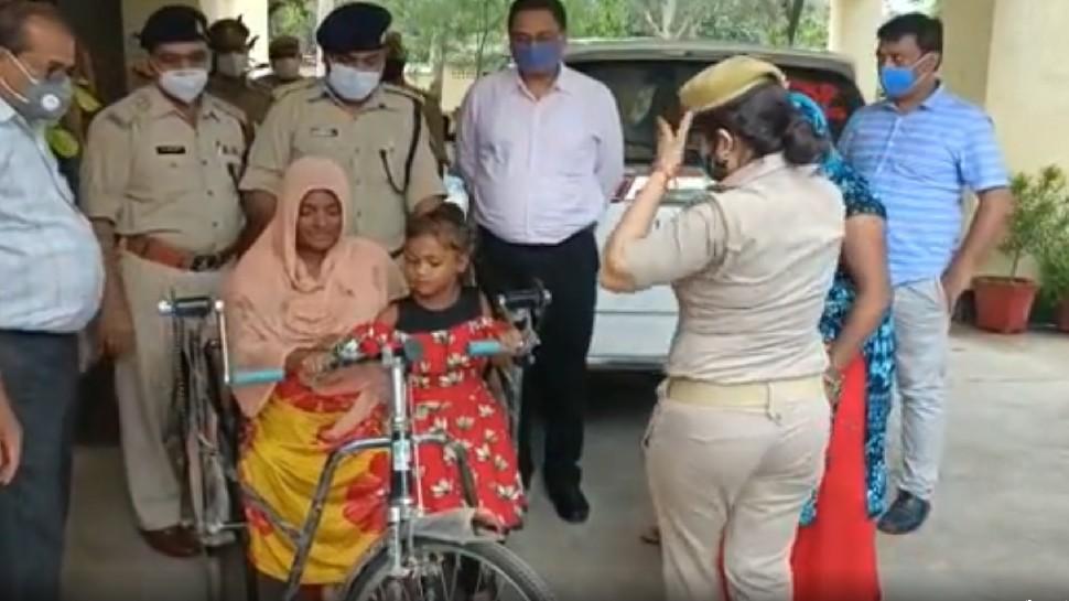 रेंगते हुए एसपी ऑफिस पहुंची दोनों पैरों से दिव्यांग महिला, पुलिस अधीक्षक से देखी नहीं गई उसकी हालत, फिर...