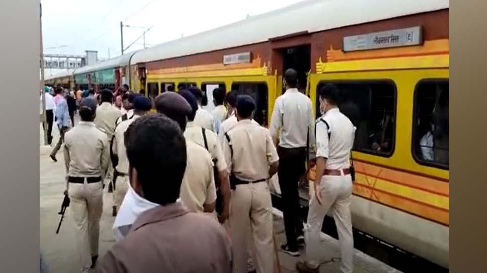 छपरा-मुंबई एक्सप्रेस में हथियारबंद लुटेरों के चढ़ने की खबर, विदिशा में हुई ट्रेन की सर्चिंग