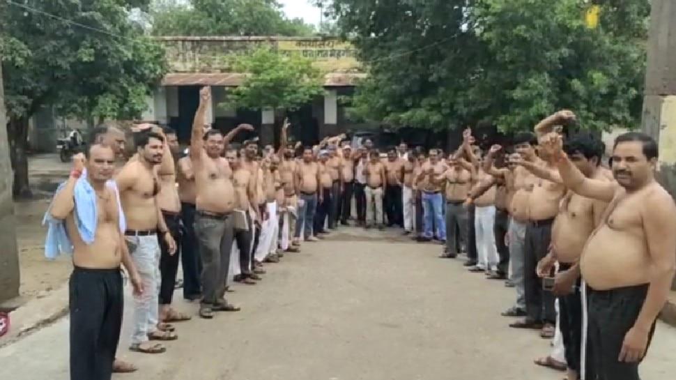 MP में अर्धनग्न होकर विरोध! 70 हजार पंचायत कर्मी कर रहे प्रदर्शन, मंत्री के घर दर्ज कराई शिकायत