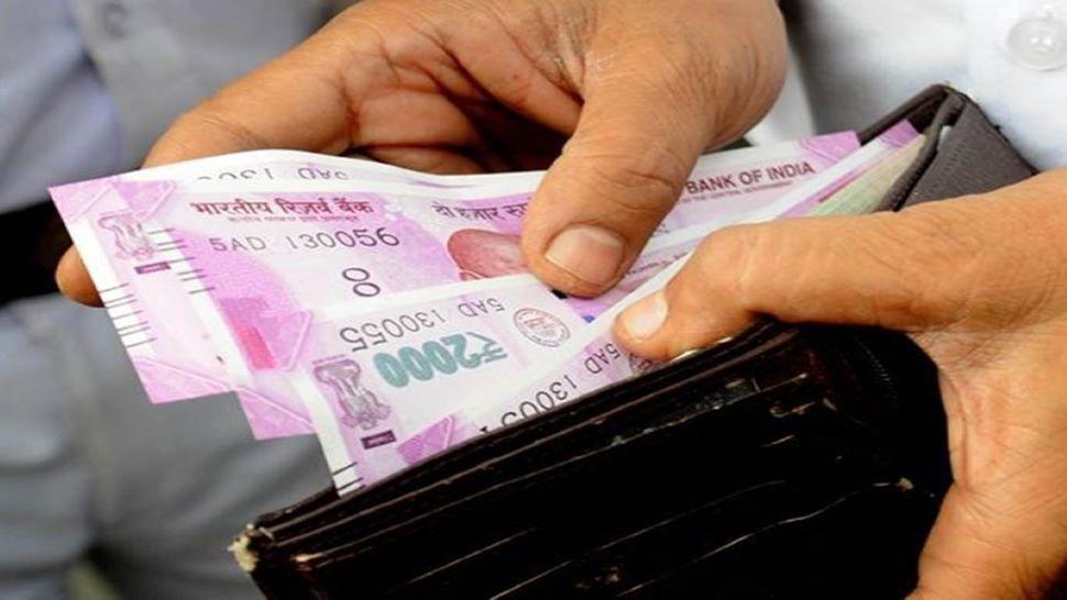 1 August से आपकी जिंदगी में आएंगे कई बदलाव! ATM, सैलरी, पेंशन, EMI से जुड़े नियम बदल जाएंगे