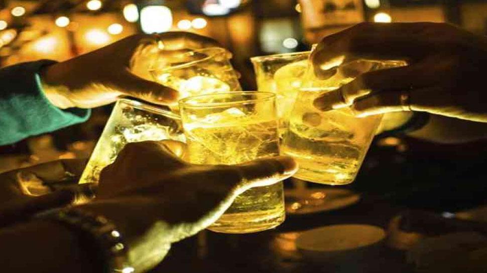 Noida: खुले में शराब पीने वाले 495 लोग पकड़े गए, Police ने कहा-'नियम तोड़े तो खैर नहीं'
