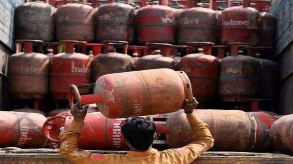 LPG Gas Cylinder Price: महंगाई का एक और झटका! 73.5 रुपए महंगी हुई रसोई गैस सिलेंडर, यहां चेक करें नई कीमत