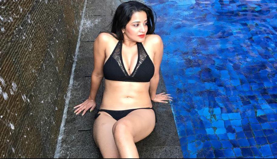 Bhojpuri Actress मोनालिसा ने बेड पर दिए बोल्ड पोज, ऑफ शोल्डर ब्लाउज ने खींचा फैंस का ध्यान