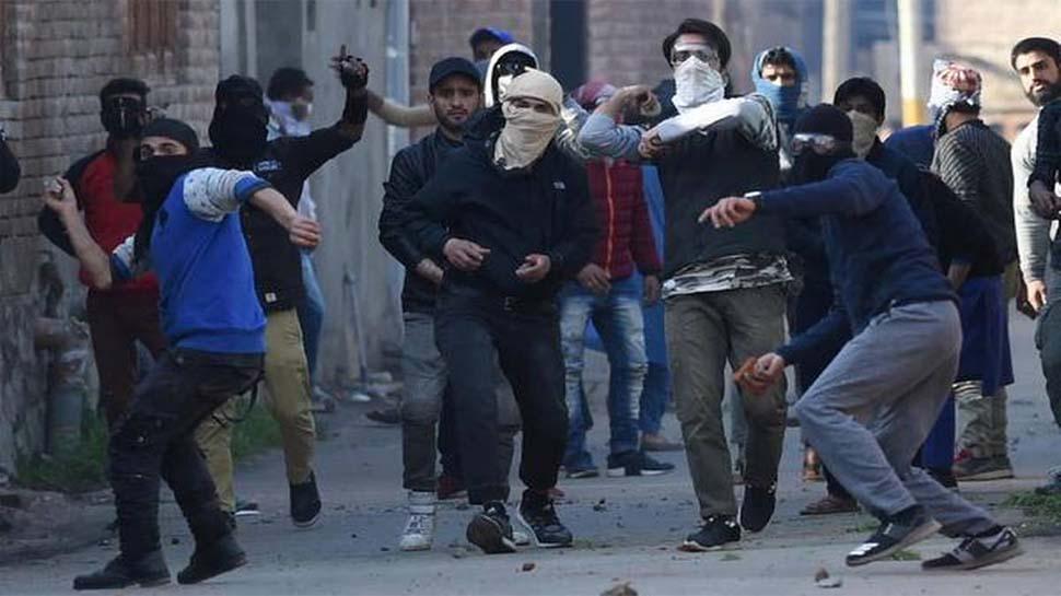 नया फरमानः कश्मीर में पत्थरबाजों को न मिलेगी सरकारी नौकरी न जारी होंगे पासपोर्ट