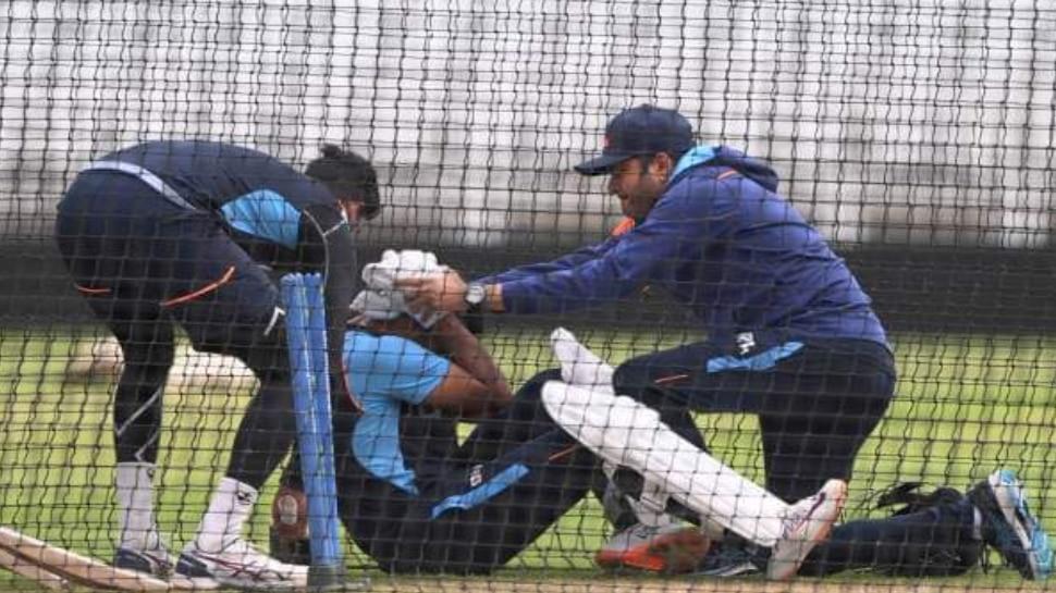 IND VS ENG: टीम इंडिया को झटका, Mohammed Siraj की बाउंसर पर चोटिल हुए Mayank Agarwal; पहले टेस्ट से बाहर