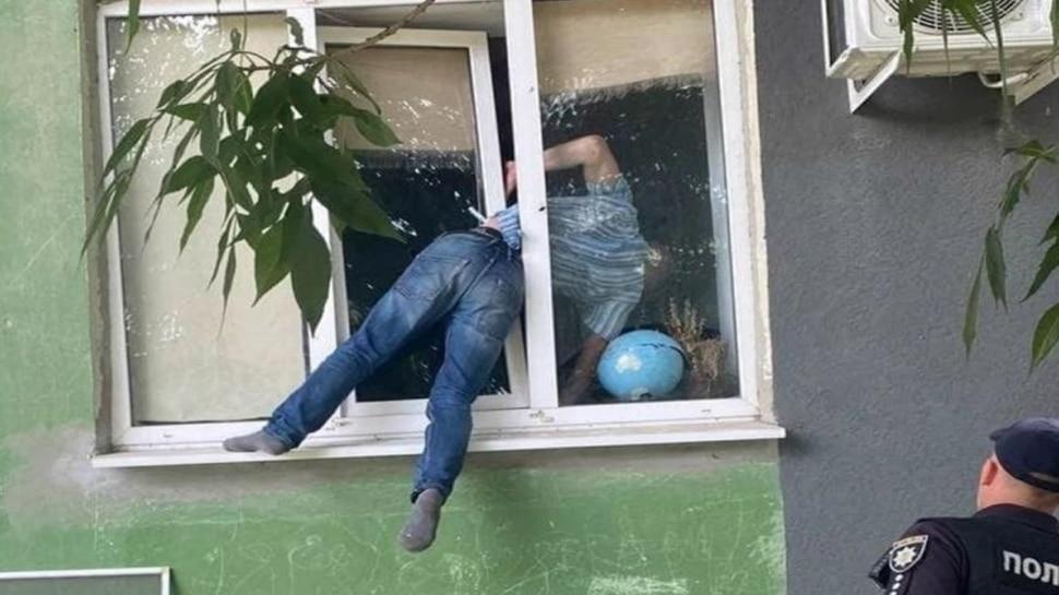 Window Pain: Ex-Girlfriend के घर में घुसने की कर रहा था कोशिश, खिड़की में फंसकर घंटों लटका रहा