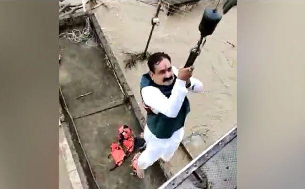 Madhya Pradesh: बाढ़ का जायजा लेने पहुंचे राज्य गृहमंत्री पानी में फंसे, किया गया एयरलिफ्ट