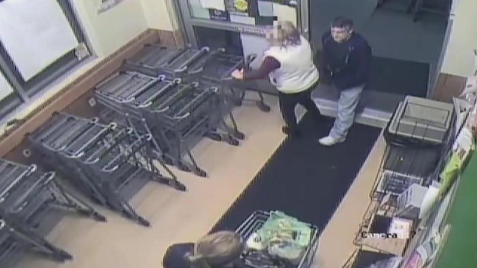 Man stabbed woman with syringe filled with semen in America | Semen Attack:  सनकी शख्स ने महिला को लगा दिया स्पर्म से भरा इंजेक्शन, CCTV में कैद हुई  घटना | Hindi News, दुनिया