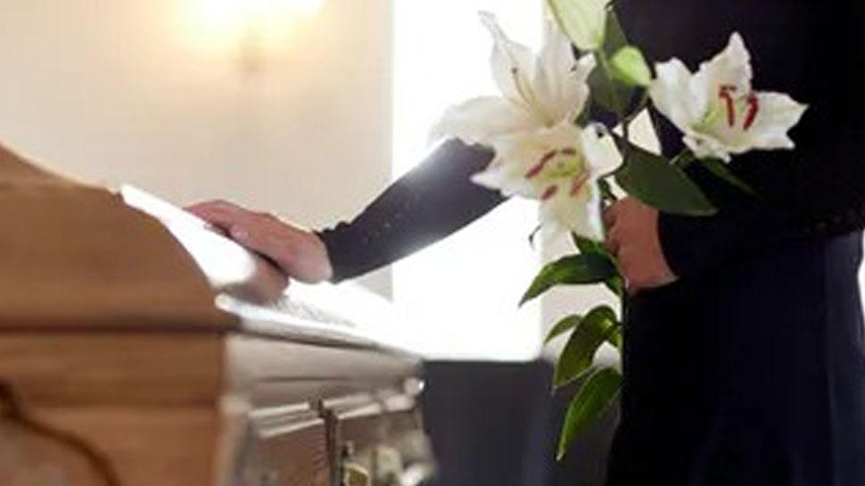 मरने के बाद शरीर का ये 'अंग' तोड़कर रख लेते हैं लोग, जानें इस अजीब परंपरा के बारे में