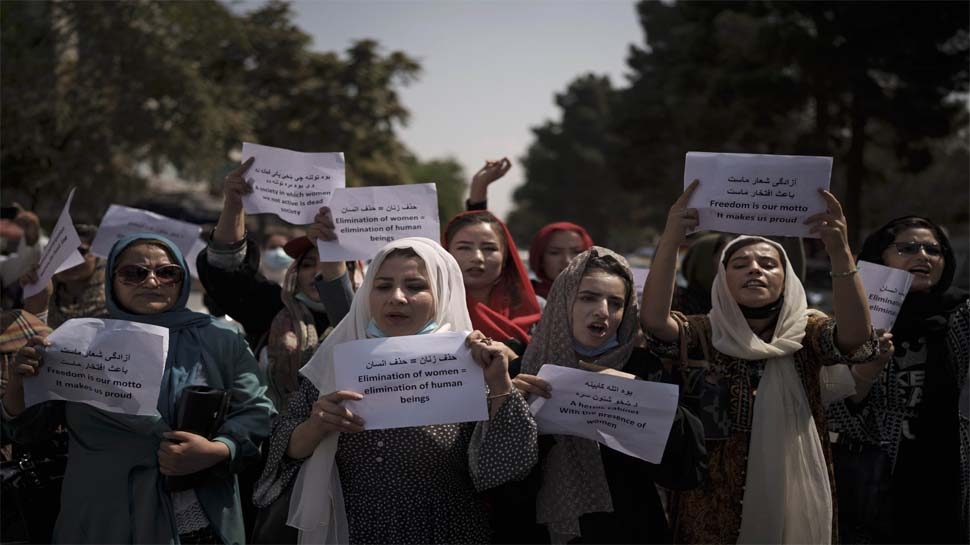 काबुल में महिला कर्मचारियों को घर बैठने के आदेश, विरोध में सड़क पर उतरी औरतें