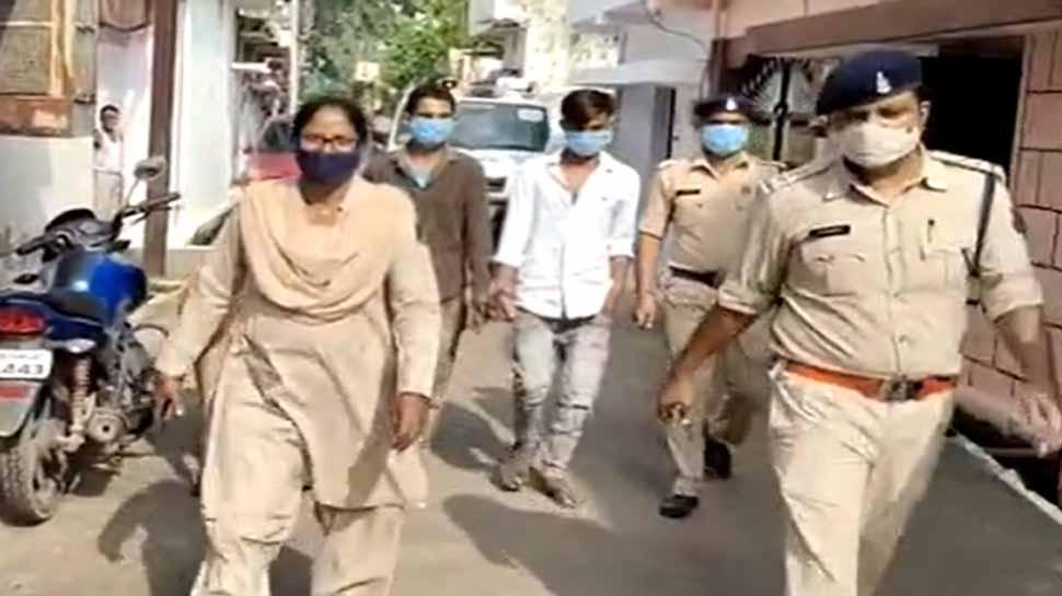छेड़छाड़ करने वाले आरोपियों का पुलिस ने निकाला जुलूस, 2 लड़कियों के साथ की थी गंदी हरकत