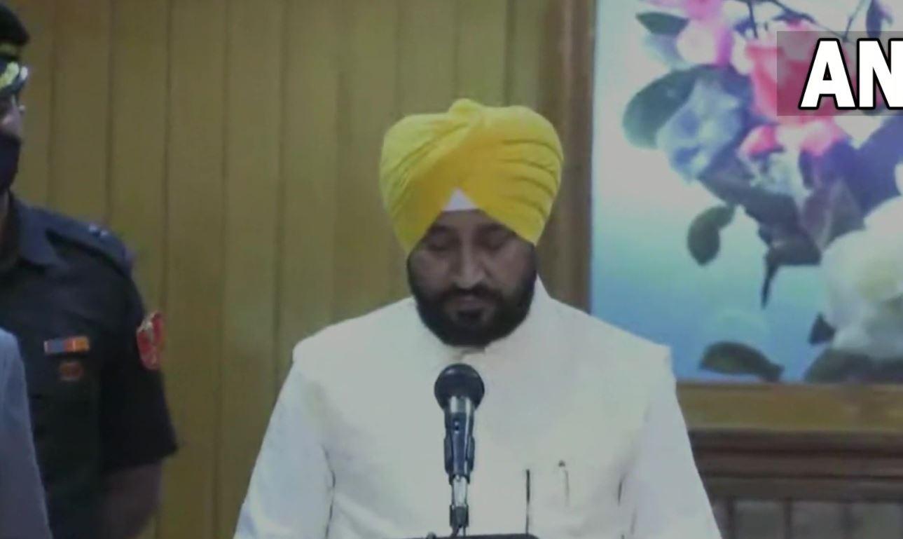 पंजाब के पहले दलित सीएम बने चरणजीत चन्नी, रंधावा व ओपी सोनी ने ली डिप्टी सीएम की शपथ