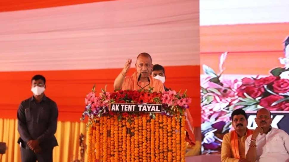 जौनपुर में सपा-बसपा पर जमकर बरसे CM योगी, जनता से की 2022 में BJP का झंडा गाड़ने की अपील