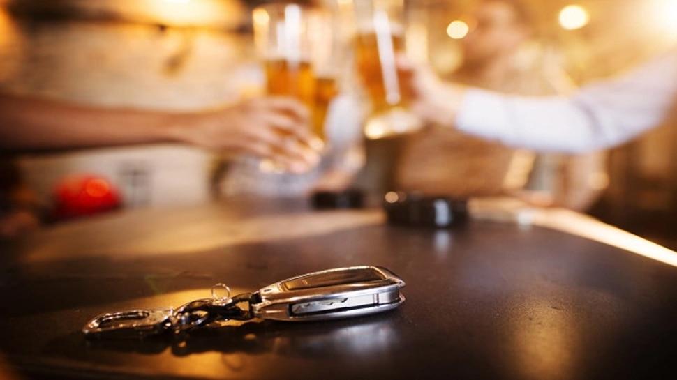 Drink & Drive से रोका तो भड़क उठी मां, 8 साल की बेटी को कार से दूर तक घसीटा