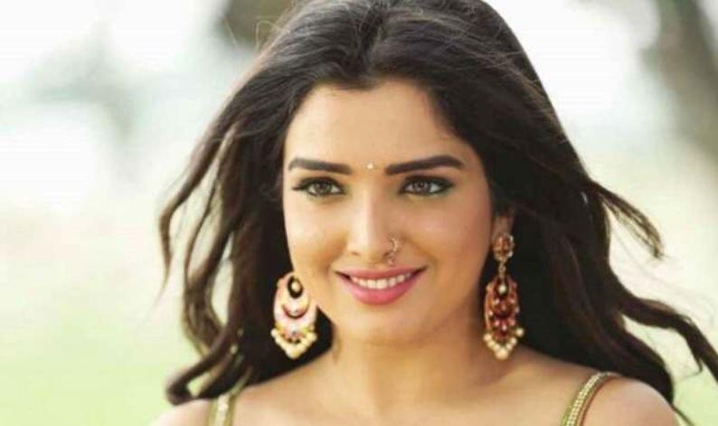 फैंस के पीछे चलने पर मजबूर हुईं Bhojpuri Actress आम्रपाली दुबे, जानिए क्या है माजरा?