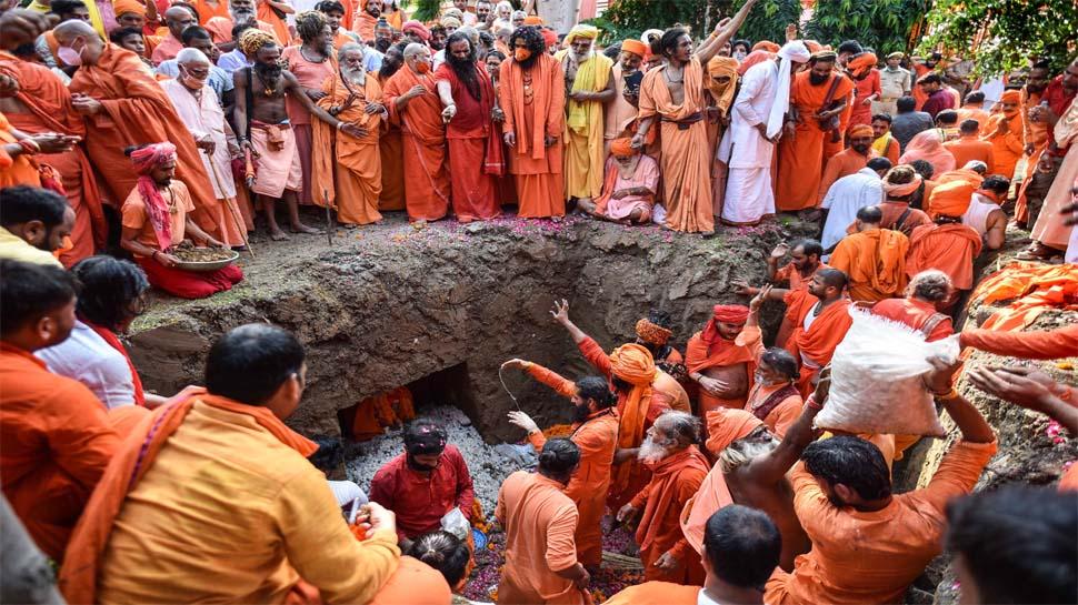 महंत नरेंद्र गिरि को वसियत के मुताबिक दी गई भू समाधि; जांच के लिए SIT गठित