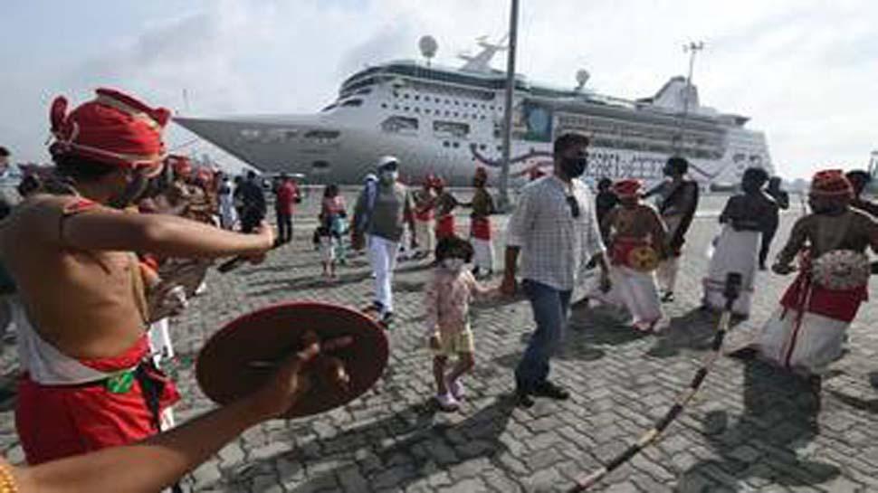 केरल के कोच्चि बंदरगाह पर महामारी के बाद पहुंचा पहला क्रूज़, सैलानियों ने समुद्र की लहरों का उठाआ लुत्फ