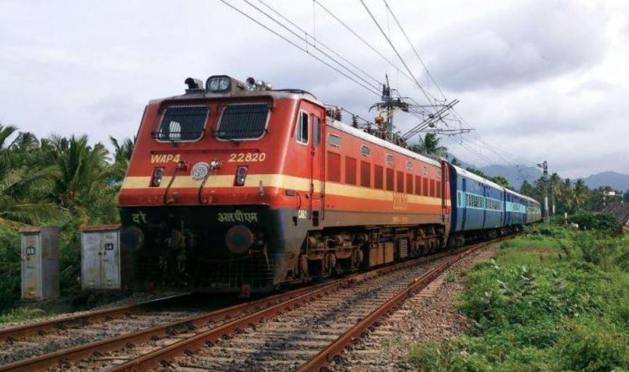 Cyclone Gulab: रेलवे ने किया एक दर्जन ट्रेन रद्द करने का ऐलान, जानिए रूट्स में हुआ कितना फेरबदल