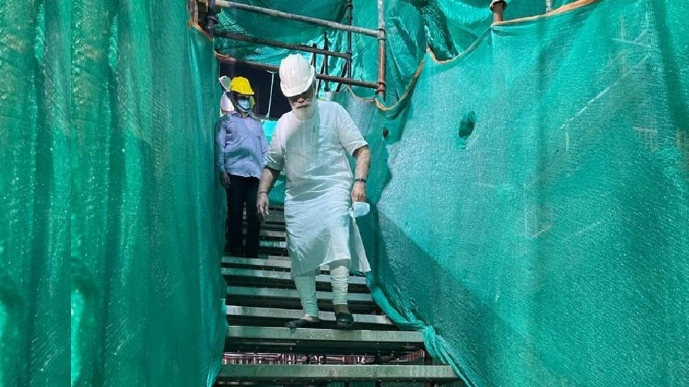 सेंट्रल विस्टा कंस्ट्रक्शन साइट पर पहुंचे PM मोदी, निर्माण कार्य का लिया जायजा