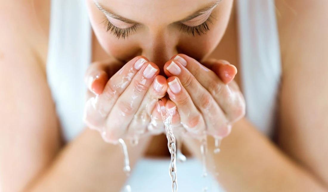 Oily Skin: ऑयली स्किन से राहत पाने के लिए बार-बार ना धोएं चेहरा, चेहरे पर छिड़कें सिर्फ ये चीज