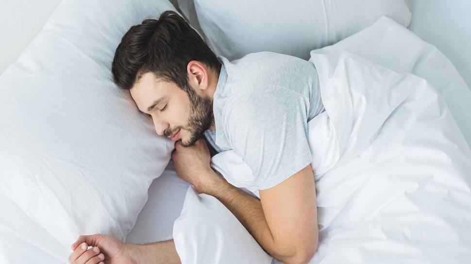 Yoga for deep sleep: नींद ना आने के पीछे हो सकती है ये दिक्कत, बिस्तर पर ही करें ये योगा