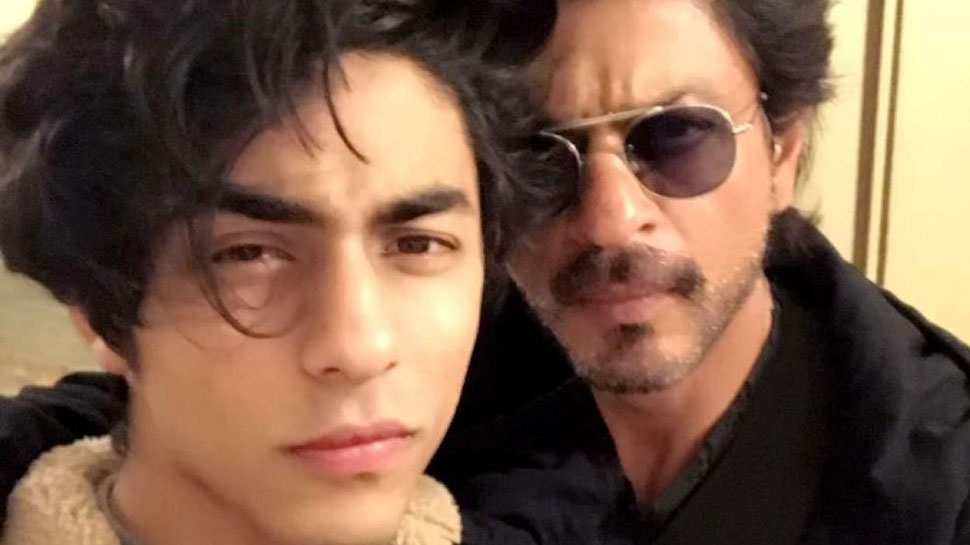 FACT CHECK: Did Shah Rukh Khan really hug his son Aryan Khan outside the court?  Watch video    FACT CHECK: Shah Rukh Khan hugged son Aryan Khan outside the court?  This is the truth of VIDEO