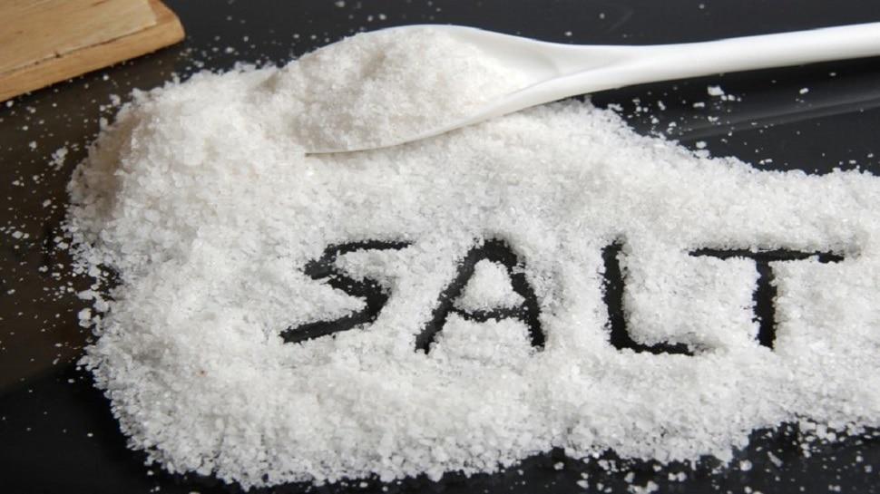 Salt Side Effects: नमक से हो सकती है ये बड़ी बीमारी, इसकी जगह ये 4 चीजें इस्तेमाल करने से बढ़ेगा खाने का स्वाद