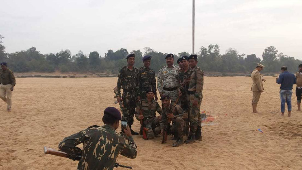 Dantewada: SP Hoarse tricolor in Indravati, Naxali Area