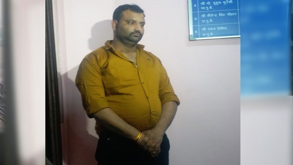 Wife caught husband in the locked room of the hotel with girlfriend in indore