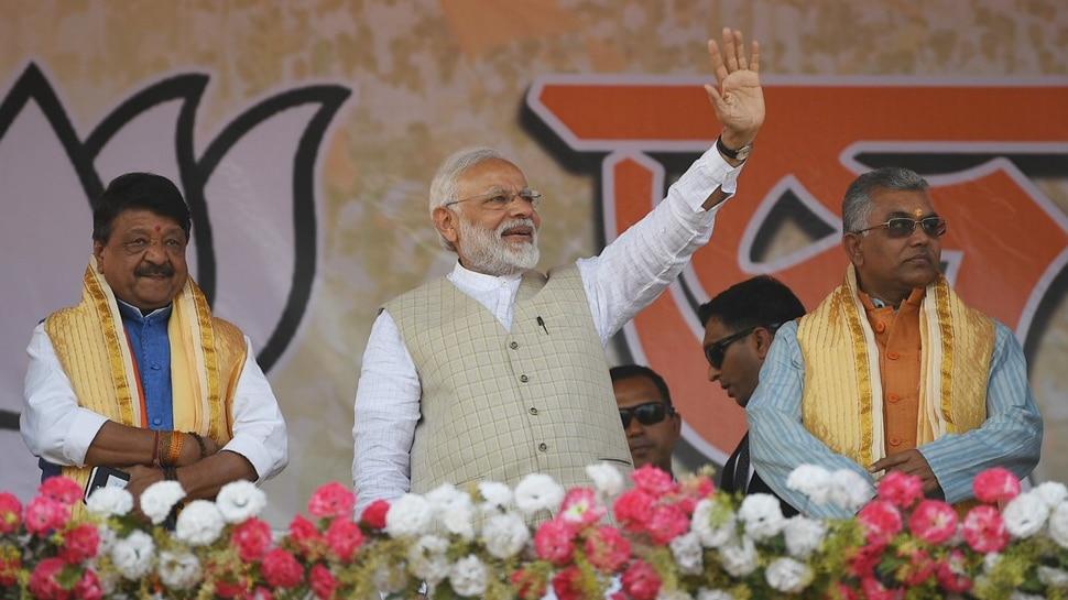Pm Modi waving gathering during Durgapur rally.