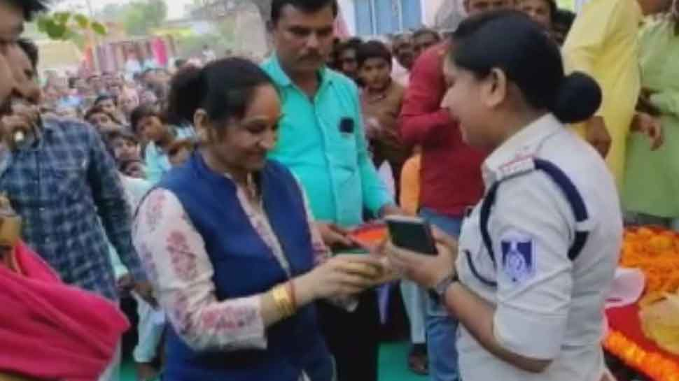 BSP MLA Rambai touched the feet of the policemen