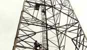 मोबाइल टावर पर चढ़ा युवक! मनाते रहे लोग, समोसे-कचोरी मिलने के बाद ही आया नीचे