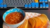 Weird Food Combination: शख्स ने राजमा के साथ सर्व किए चिप्स, देखकर गुस्सा करने लग गए लोग