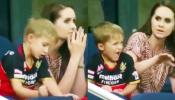 IPL: पापा डिविलियर्स के आउट होते ही गुस्साए बेटे ने दे मारा हाथ, जमकर वायरल हो रहा Video