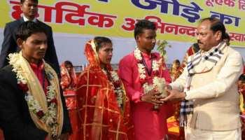 धनबाद: सामूहिक विवाह में शामिल हुए रघुवर दास, नव विवाहित जोड़ों को दिया आर्शीवाद