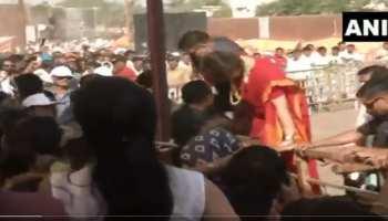अपने समर्थकों से मिलने बैरिकेड से बाहर निकलीं प्रियंका गांधी और Video हो गया Viral