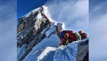 माउंट एवरेस्ट पर एक साथ पहुंच गए इतने सारे पर्वतारोही कि रास्ता ही हो गया जाम