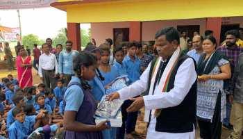 छत्तीसगढ़ः नक्सल प्रभावित जगरगुंडा में 13 सालों बाद खुला स्कूल, मंत्री कवासी लखमा ने बच्चों को बांटी किताबें