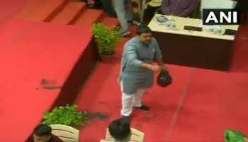 Video: नगर निगम की बैठक में नाले का कीचड़ लेकर पहुंचा BJP पार्षद, जमकर मचाई गंदगी