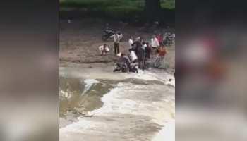 उज्जैन में पानी के साथ बही सड़कें, जान जोखिम में डाल नदी-नाले पार कर रहे लोग