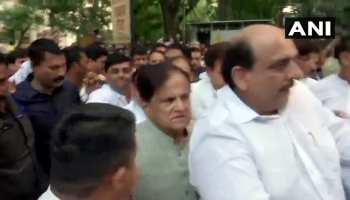 शरद पवार के घर पर जुटे कांग्रेस के दिग्गज नेता, उद्धव ठाकरे-आदित्य भी मातोश्री से निकले
