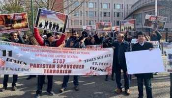 अमेरिका में पाकिस्तानी दूतावास के बाहर प्रदर्शन, इमरान खान के खिलाफ जमकर लगे नारे