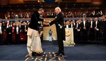 नोबेल के मंच पर दिखा भारतीय अंदाज, पत्नी संग पारंपरिक पोशाक में नोबेल लेने पहुंचे अभिजीत