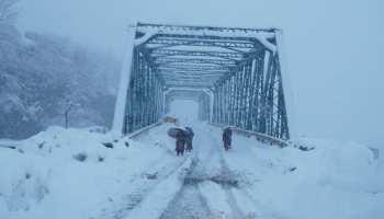 PICS: उत्तराखंड से लेकर कश्मीर तक फिर शुरू हुई बर्फबारी, सफेद चादर से ढके पहाड़