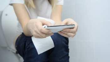 Toilet में बैठकर भूल से भी न चलाएं Phone, वरना हो जाएगी जानलेवा बीमारी