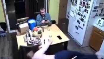 पति मस्त देख रहा था फोन, तभी धड़ाम से गिर गई पत्नी और फिर हुआ कुछ ऐसा- देखें Video