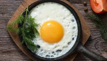 अंडा उबालने, फ्राई करने में लोग करते हैं ये गलतियां; ऐसे अपने तरीके को करें सही